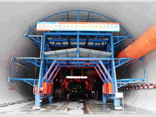 The tunnel concrete maintenance formwork
