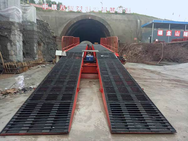Hydraulic inverting bridge formwork